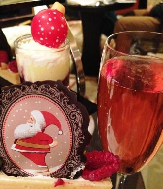 The raspberry tart is festively decorated and can be enjoyed with a glass of pink champagne