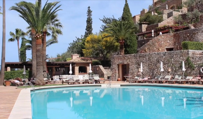 The swimming pool at La Residencia